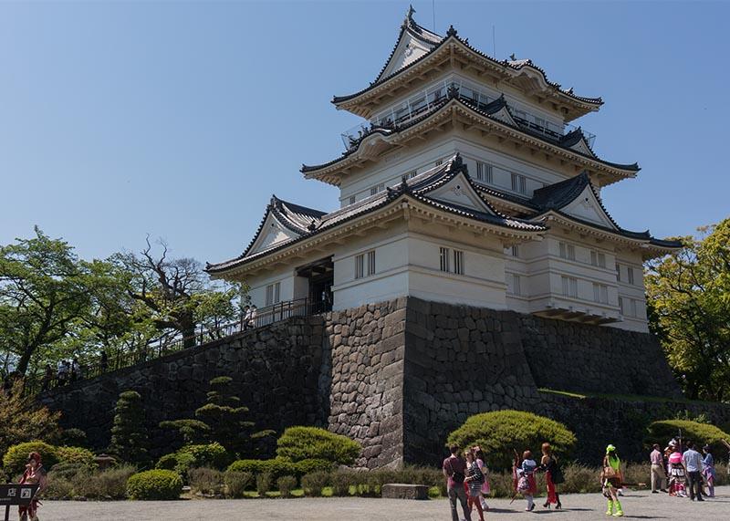 小田原城がコスプレの集団に占拠されていた
